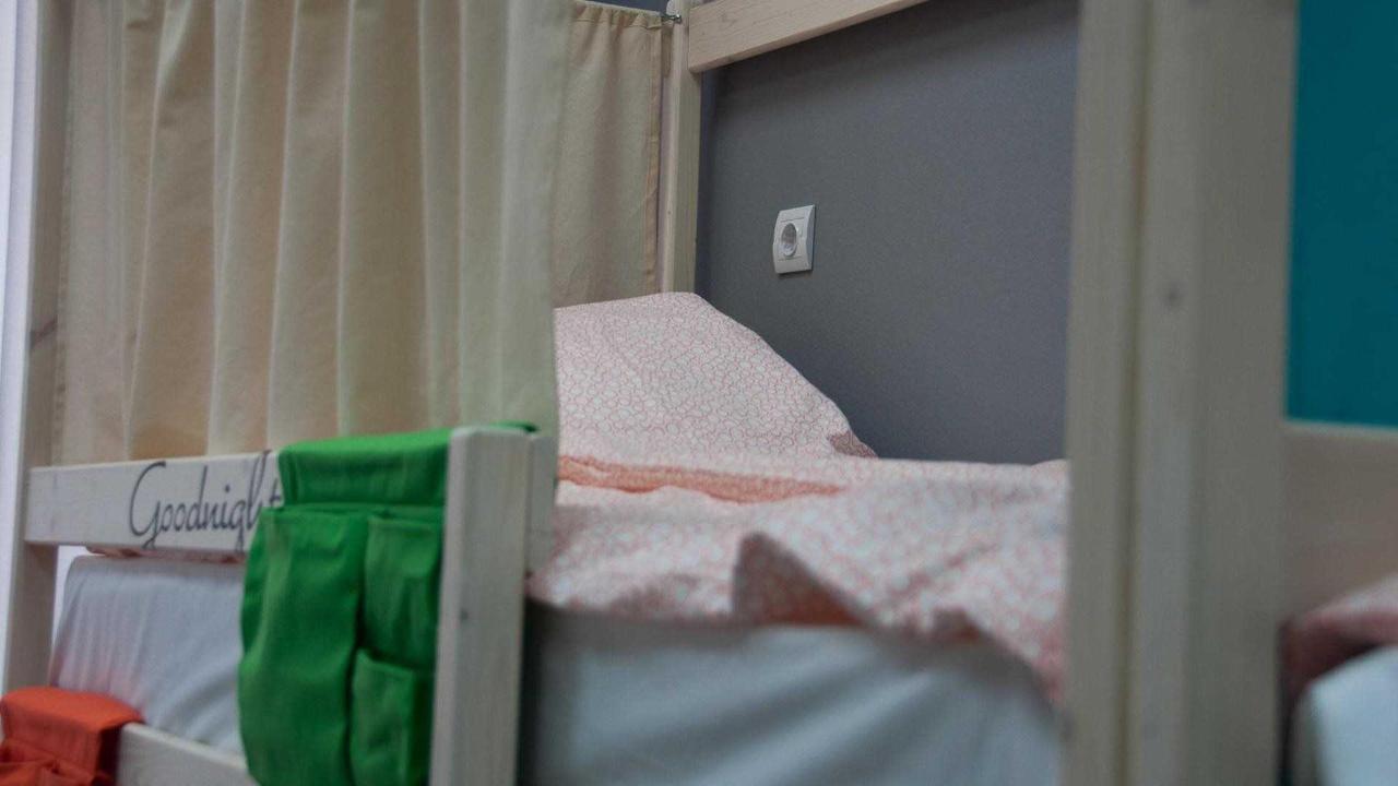 У каждой кровати есть личная розетка.jpg