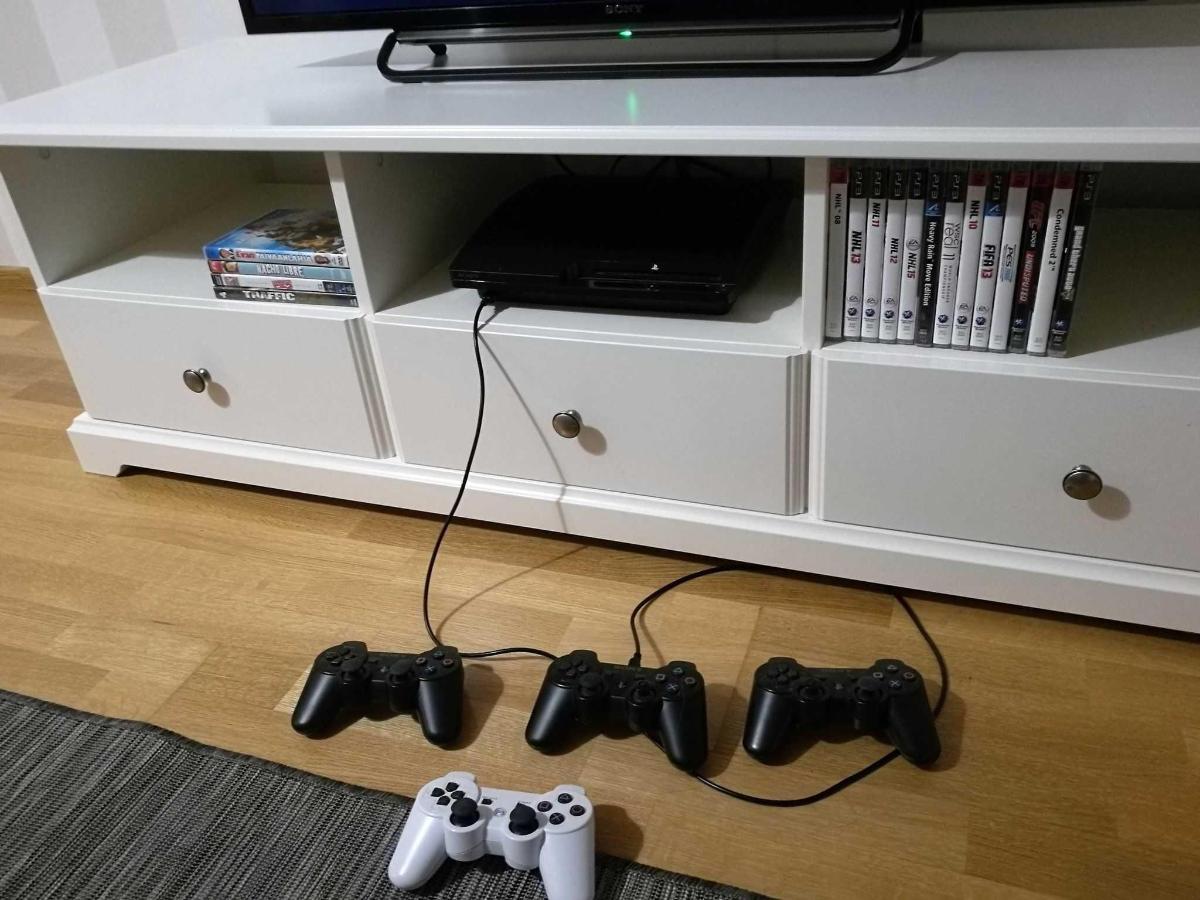 Olohuoneesta löytyy Ps3, pelejä sekä DVD -elokuvia