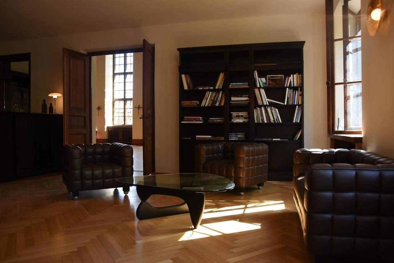 Bibliothek und Bar mit angrenzendem Saal