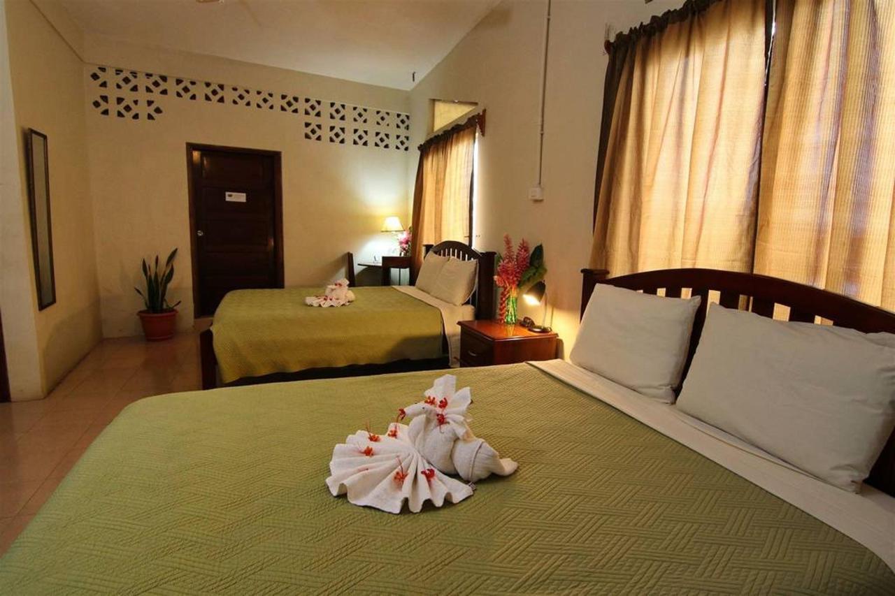 Accomodations Rain Forest inn suite 5 bedding.JPG
