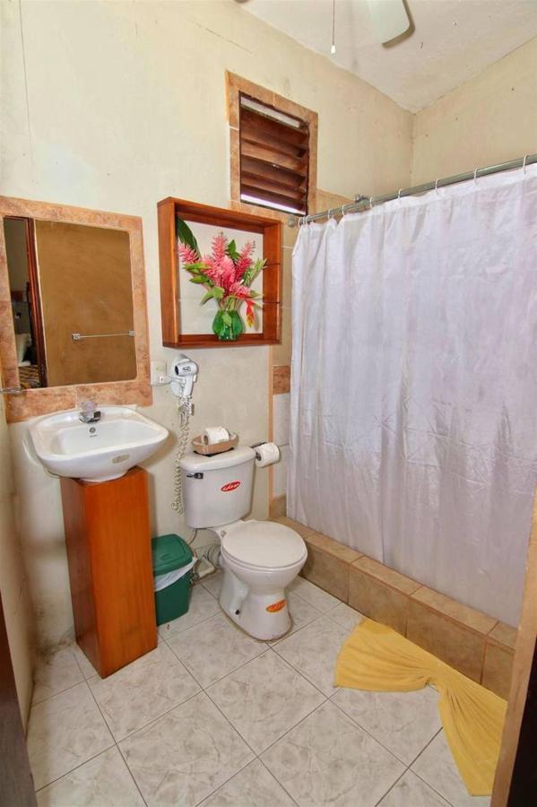 Accomodations Rain Forest inn suite bath.JPG