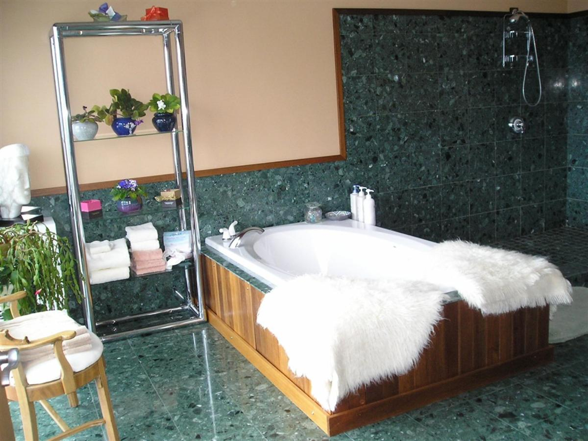 garnet-suite-jacuzzi-with-fluffy-rugs.jpg.1024x0.jpg