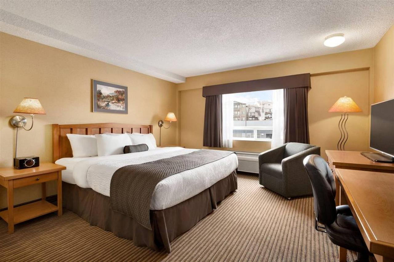 days-inn-calgary-south-1-king-bed-room-1181537.jpg.1024x0.jpg