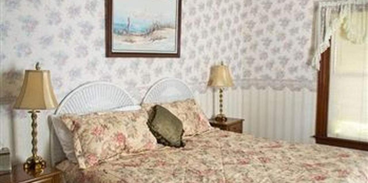 Room 2 King Bed.jpg