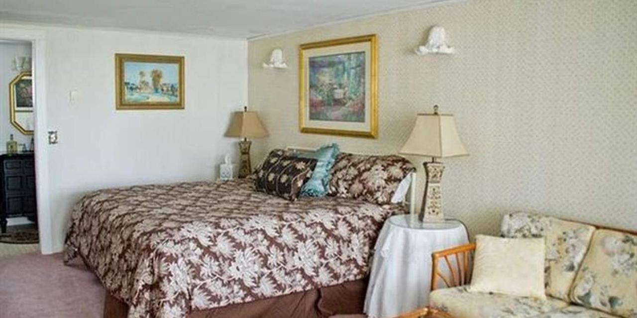 Room 11 King Bed.jpg
