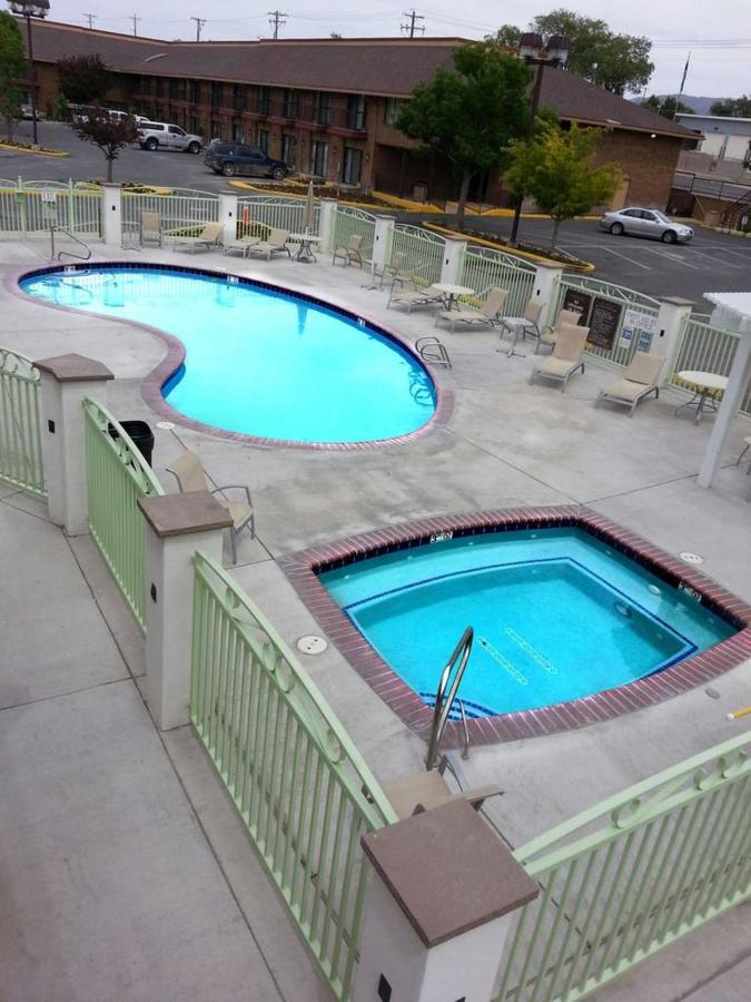 winnemucca-inn-heated-pool.jpg.1024x0.jpg