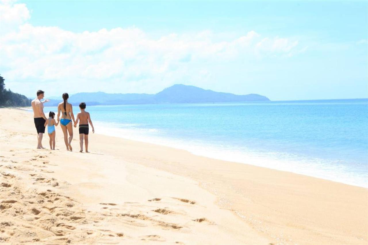 เดินเล่นริมหาด.jpg