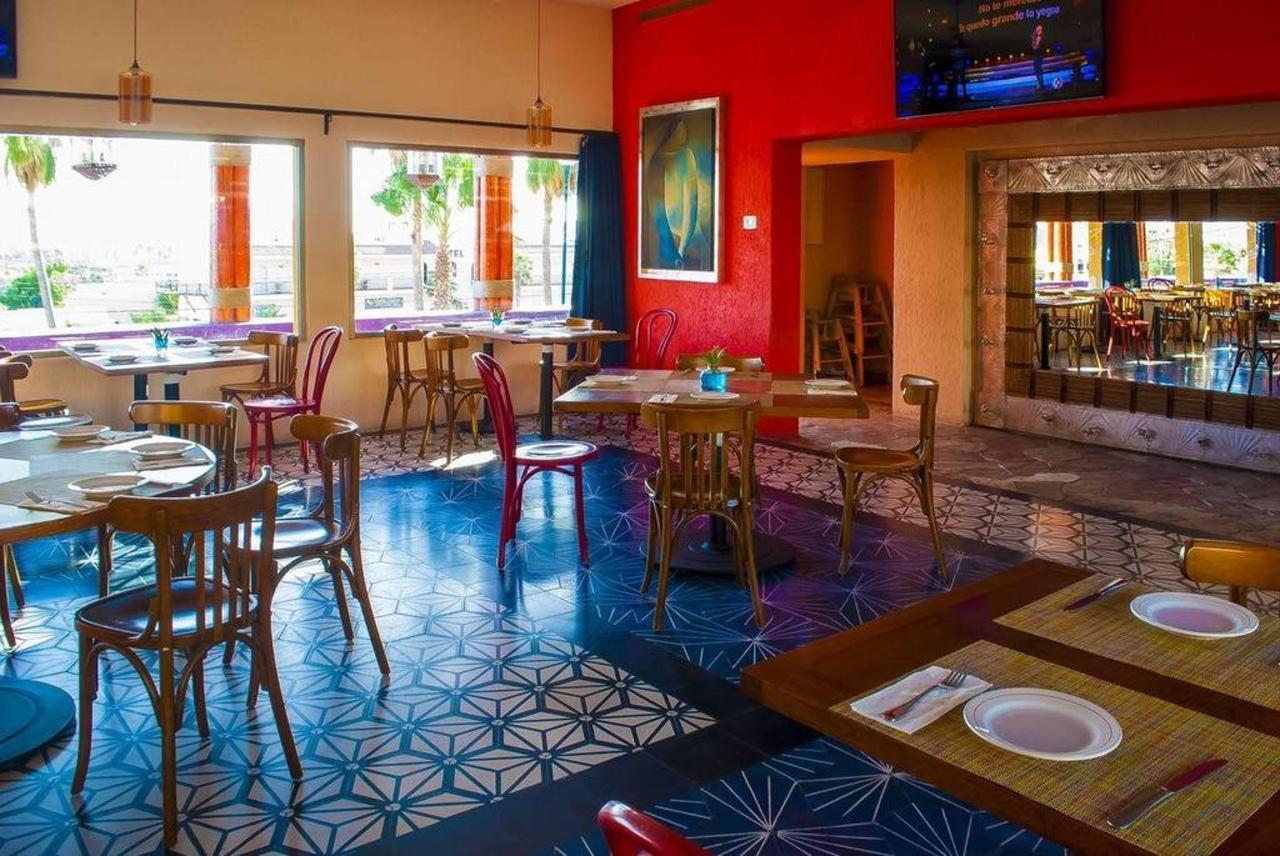 Hotel Los Patios - Restaurante mesas.jpg