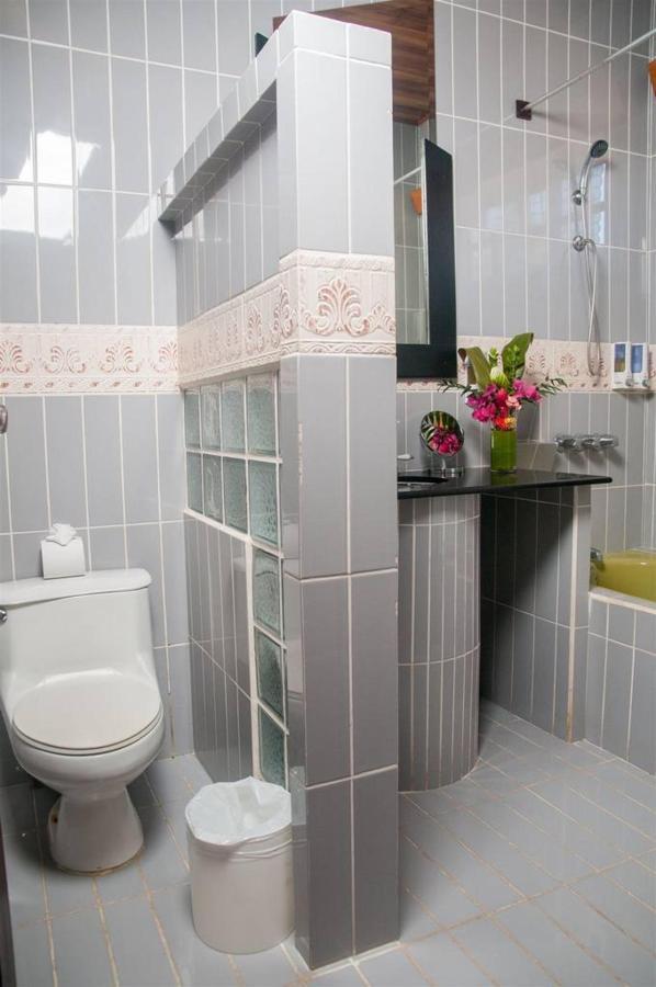 Rooms - Superior Triple Room - Bathroom.jpg