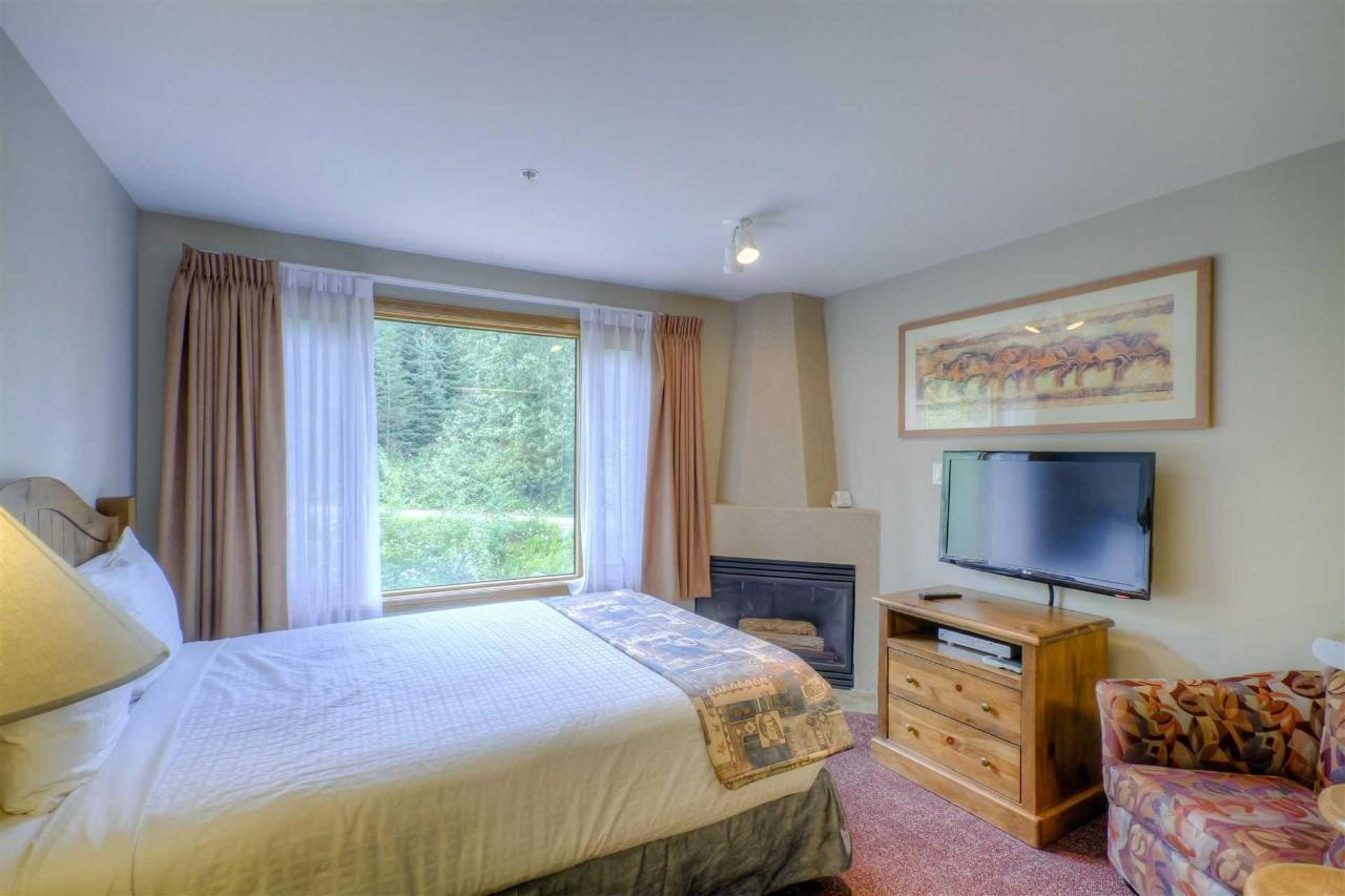Studio Kitchenette with queen bed.jpg