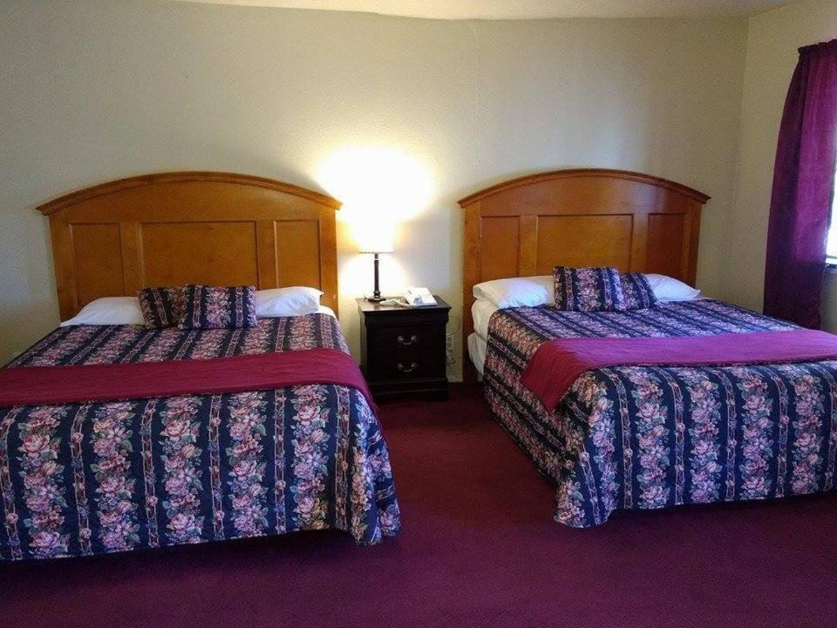 DELUXE DOUBLE QUEEN ROOM.jpg