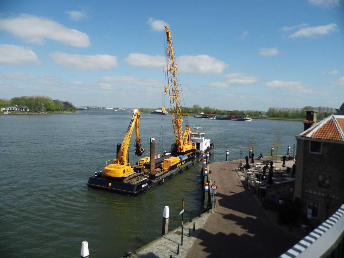 Zicht op rivier met werkplatform