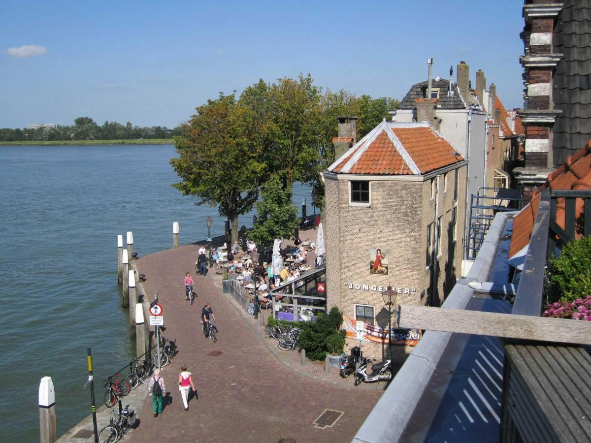 Uitzicht op brasserie en terras