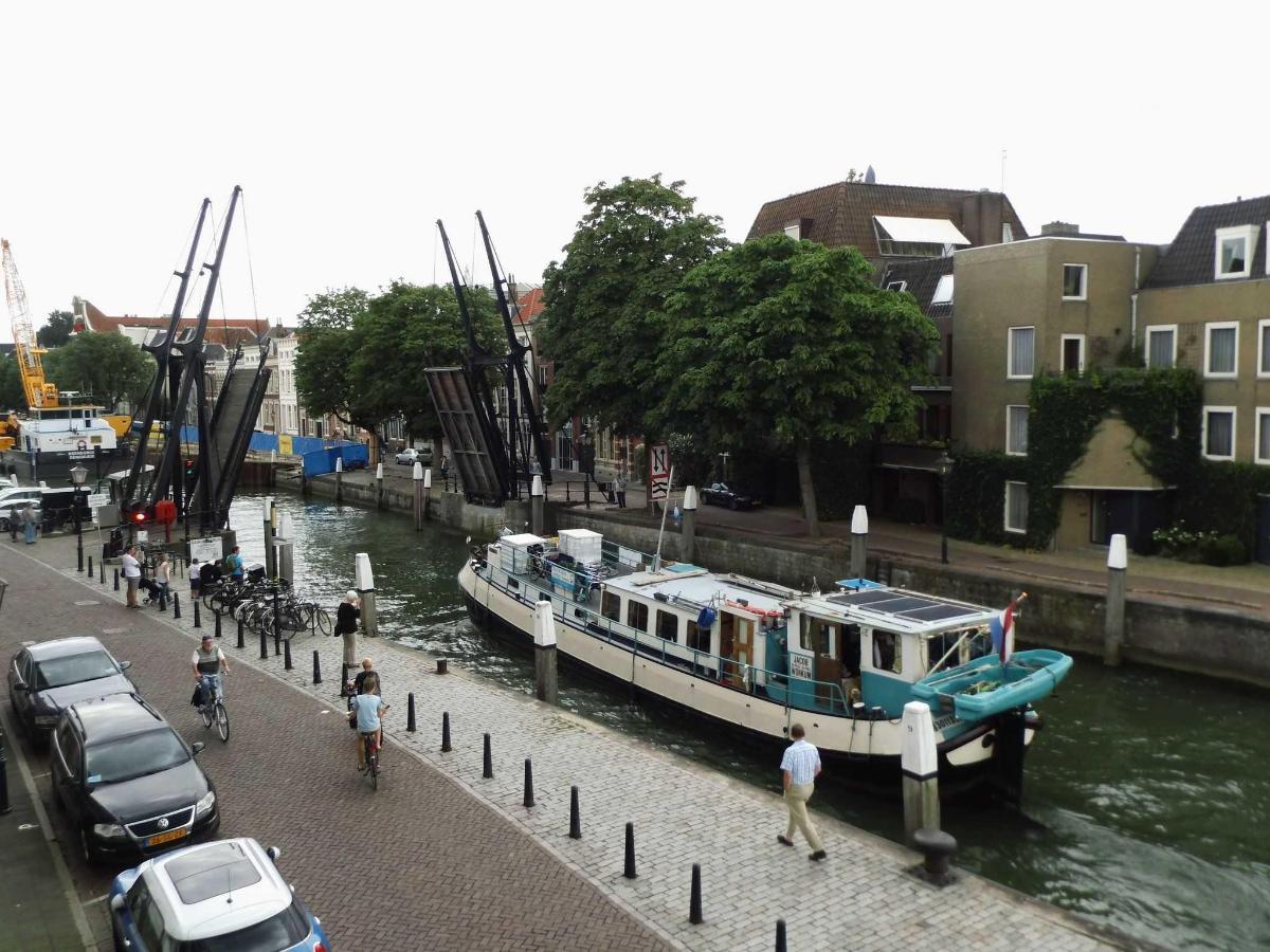 Udsigt på bro med passerende skib.JPG