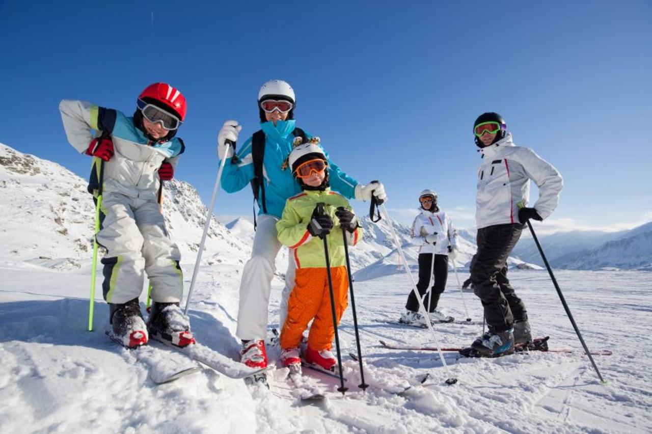 family-skiing-2.jpg