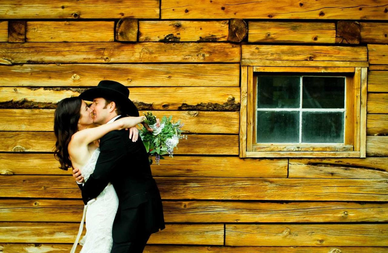 kiss-by-the-barn.jpg.1920x0.jpg