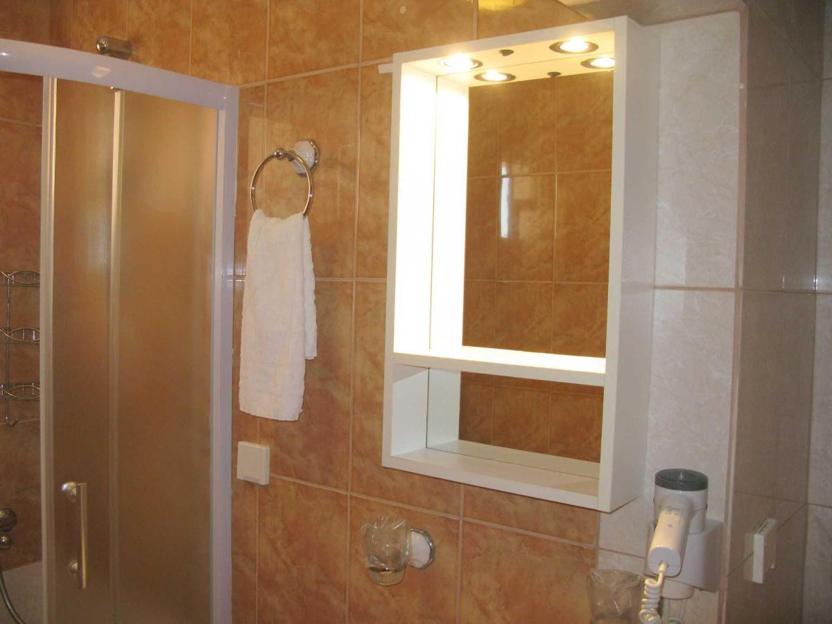 TWIN room - bathroom.JPG