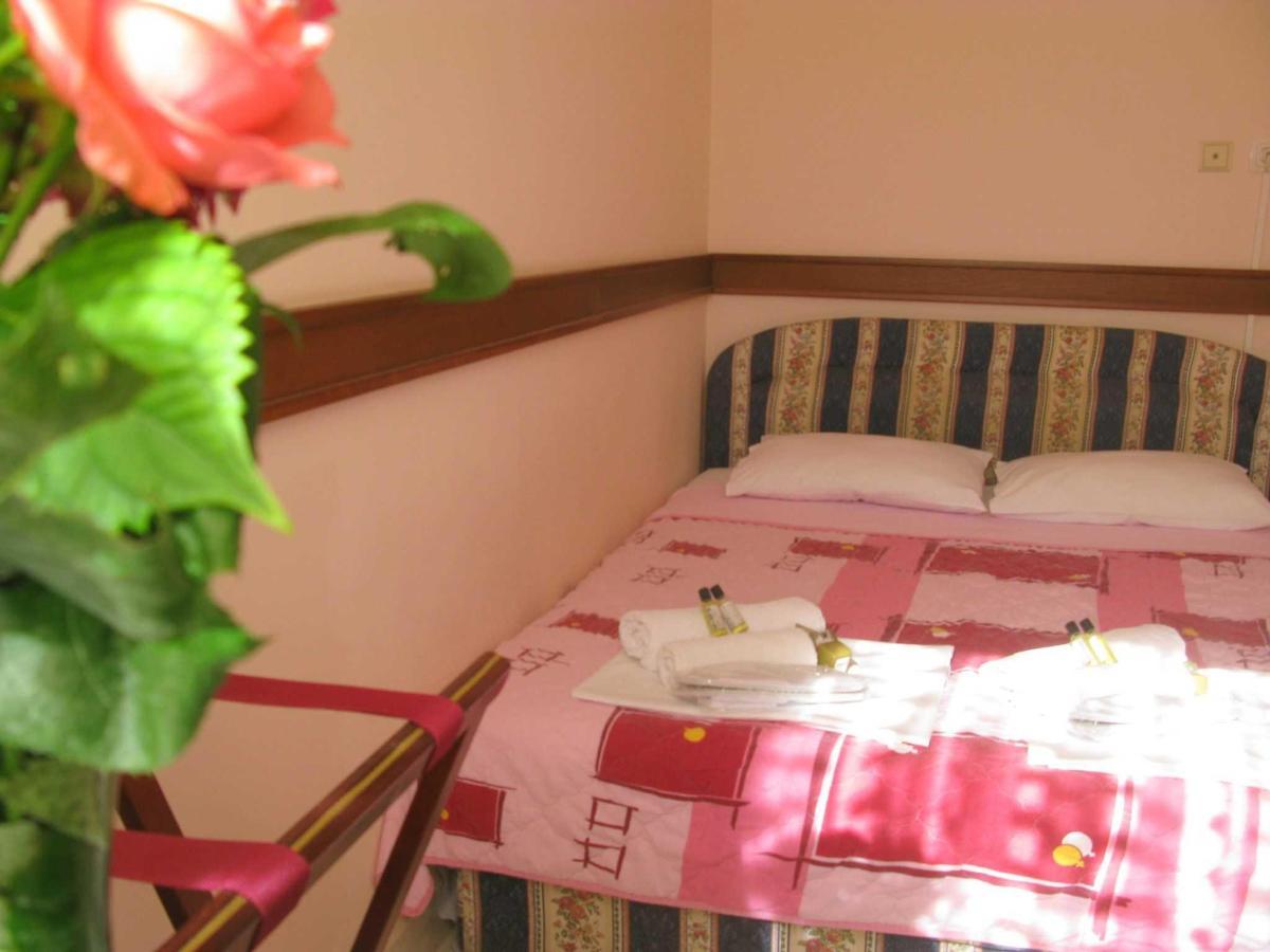 TRPL room - DBL bed - .JPG