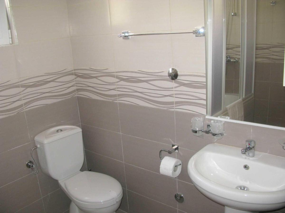Connecting room - bathroom.JPG