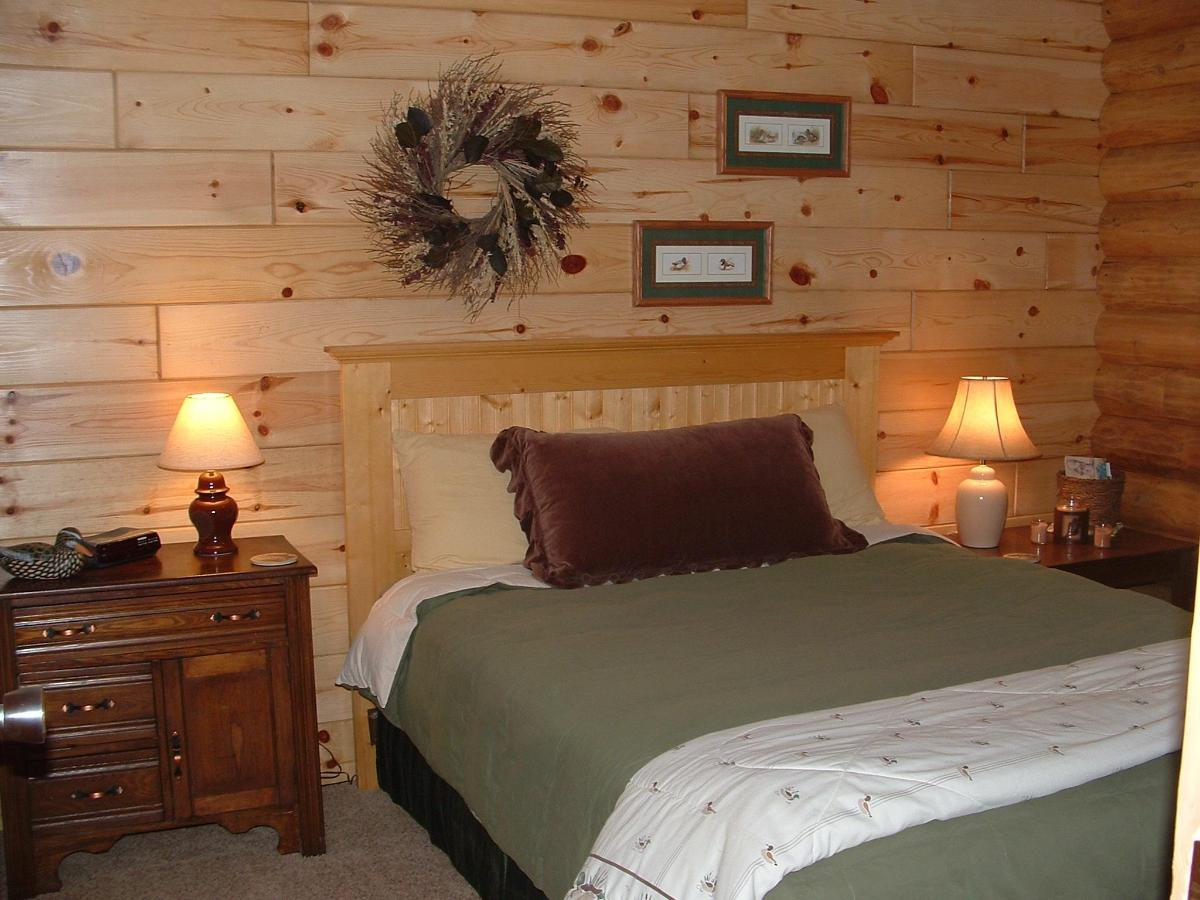 Cabin Riverside bedroom.JPG