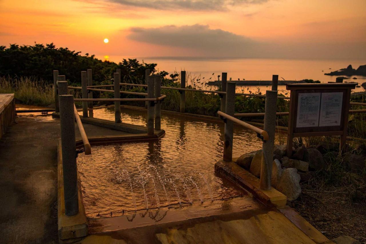 無料足湯から眺める日本海に沈む夕日。