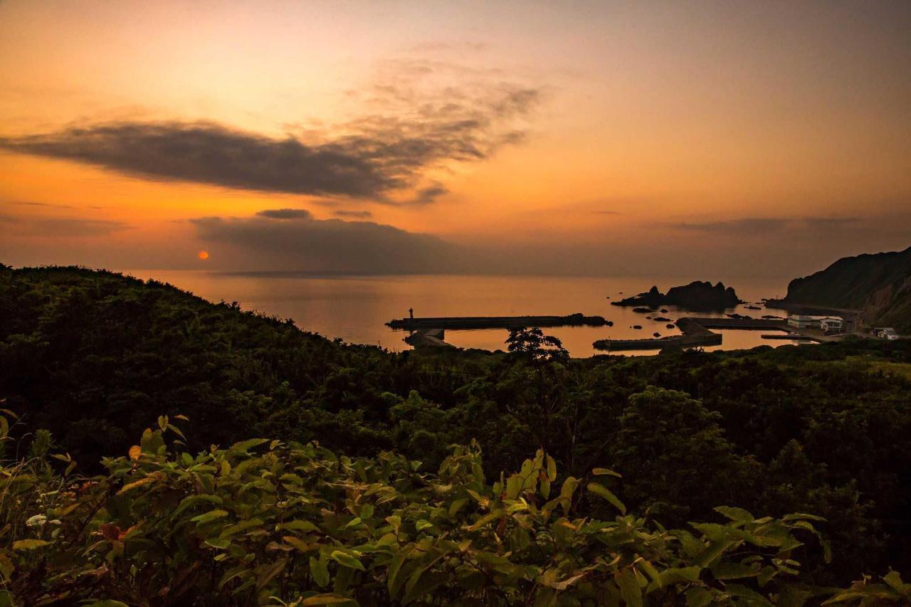 日本海に沈む夕日が一望できます。