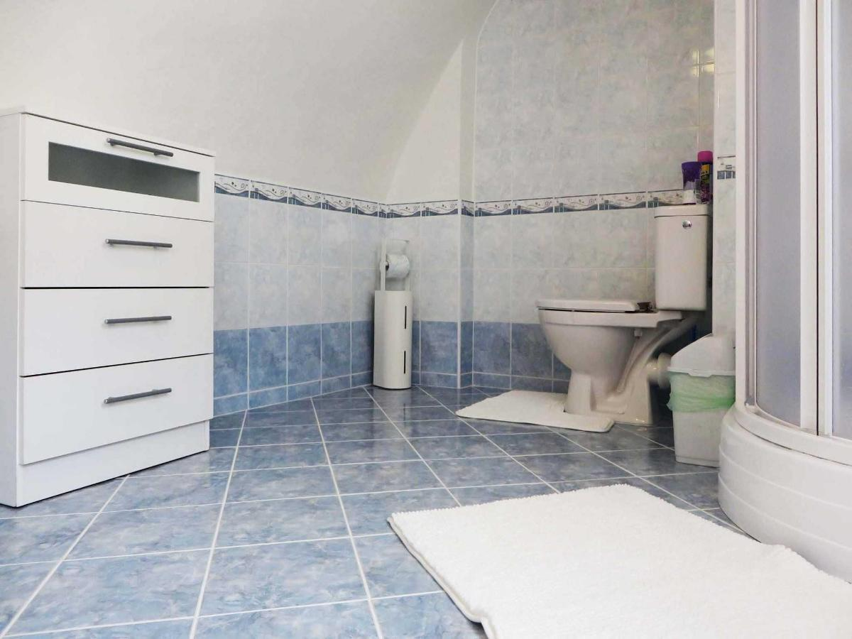2 Bedroom Attic Apartment -bathroom