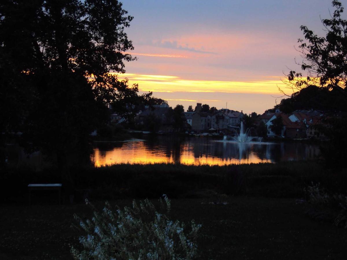 озеро с фонтаном - рядом с нашим садом