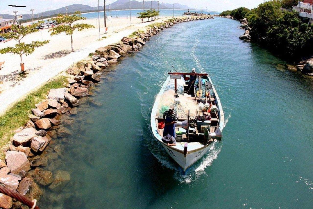 barco-no-canal-da-barra-da-lagoa-florianopolis-pousada-mar-do-leste.jpeg