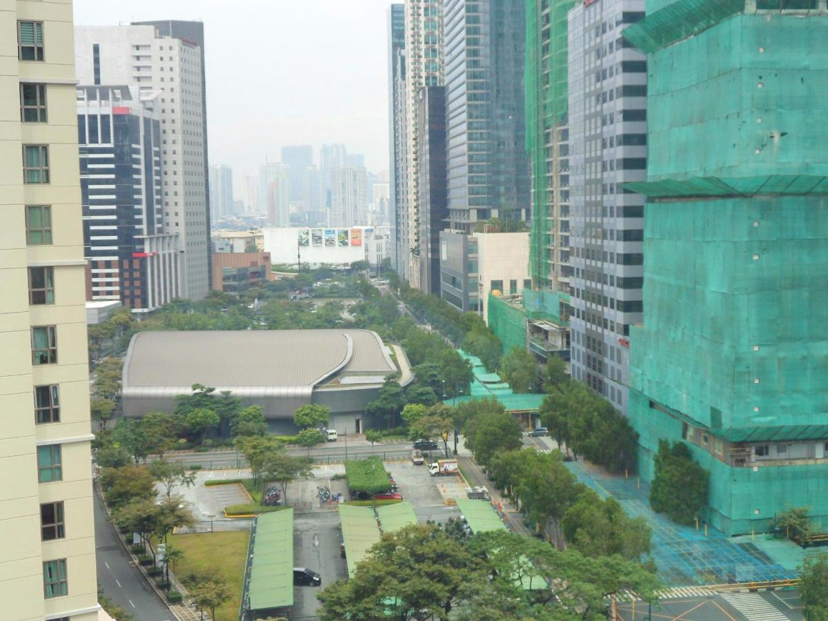 View of Rizal Drive, Mind Museum, Shangri-La from city facing units.jpg