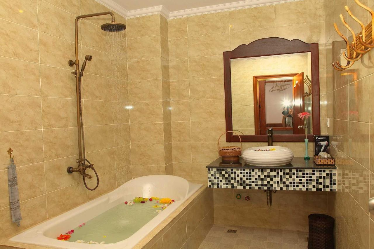 bathroom-deluxe-king-room-1.JPG