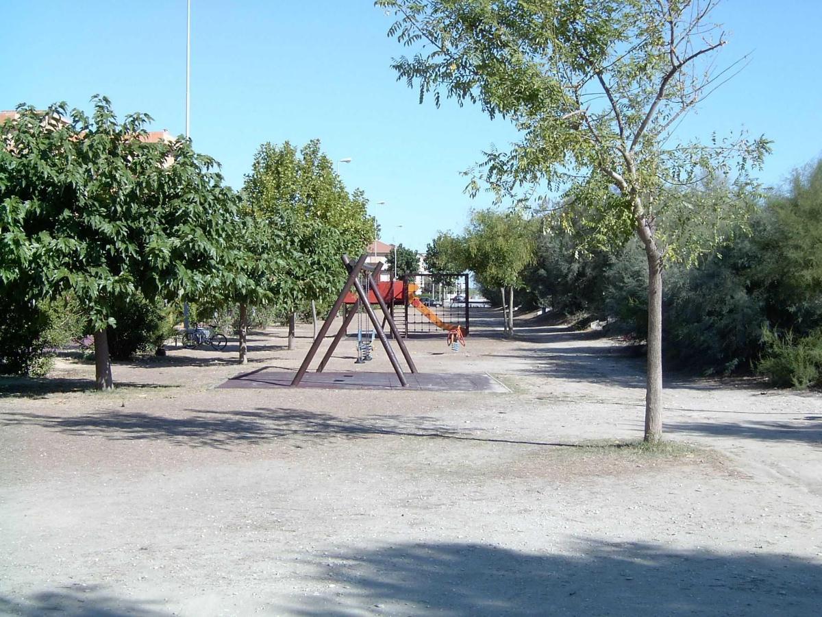 Giochi sul prato antistante i bungalow.jpg