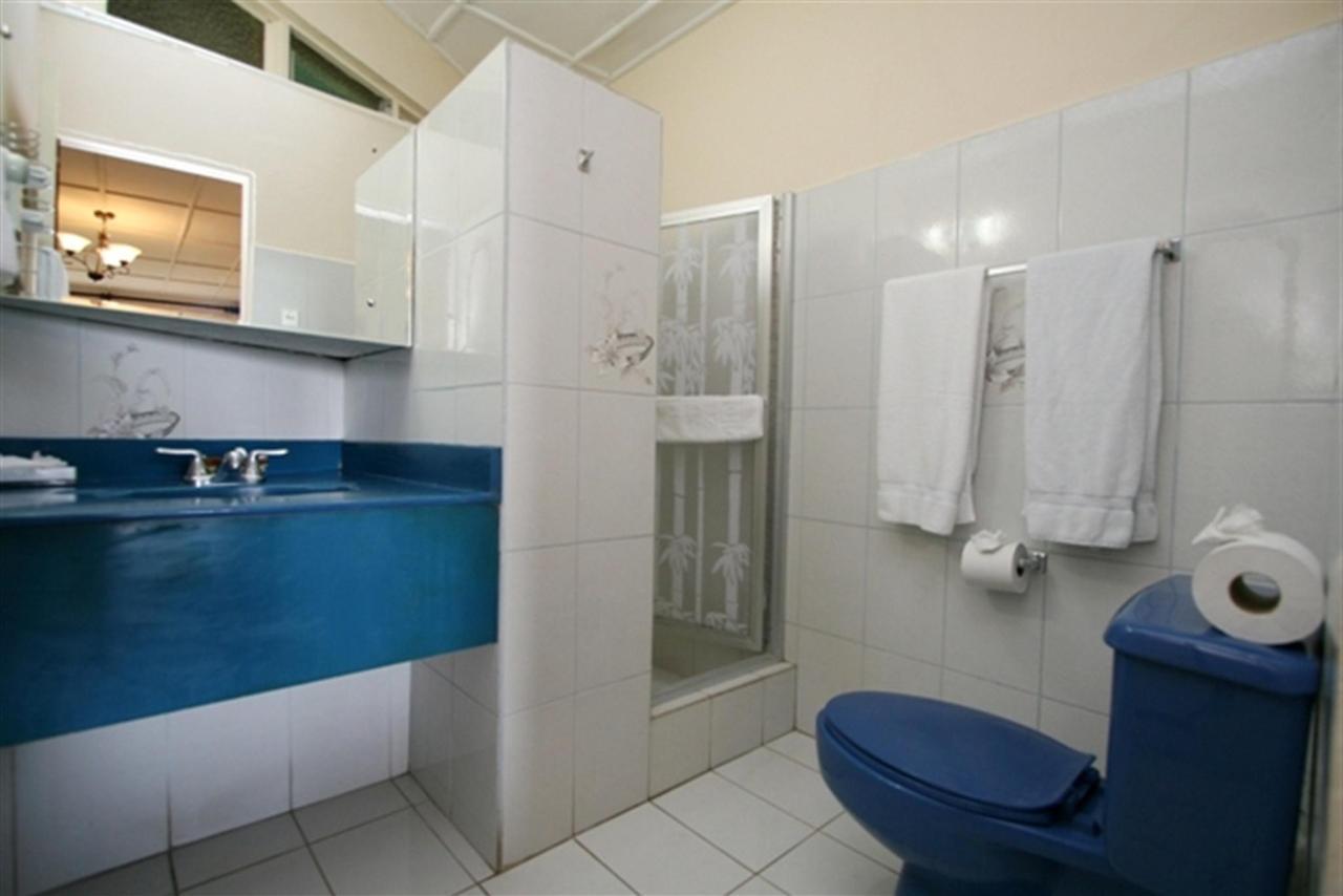 deluxe-room-bathrooms-sm.jpg.1024x0.jpg
