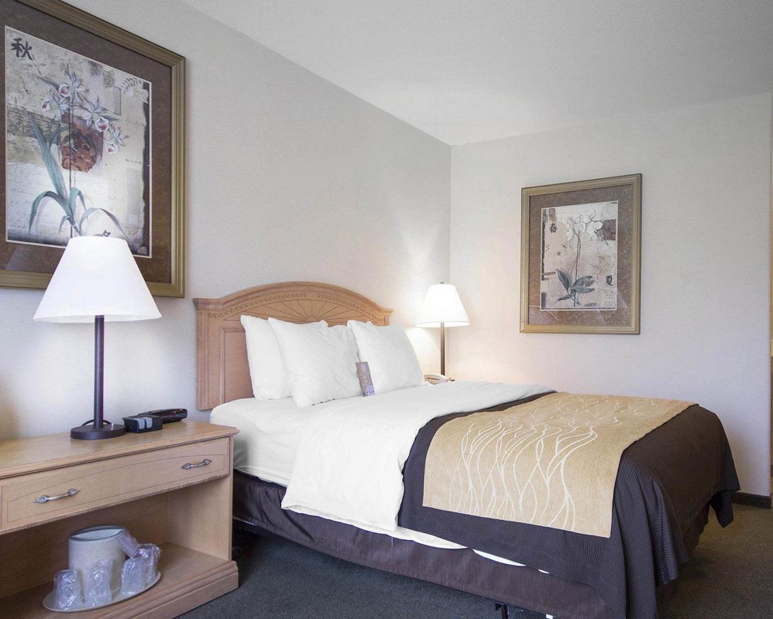 1 Queen Bed, Accessibl.jpg