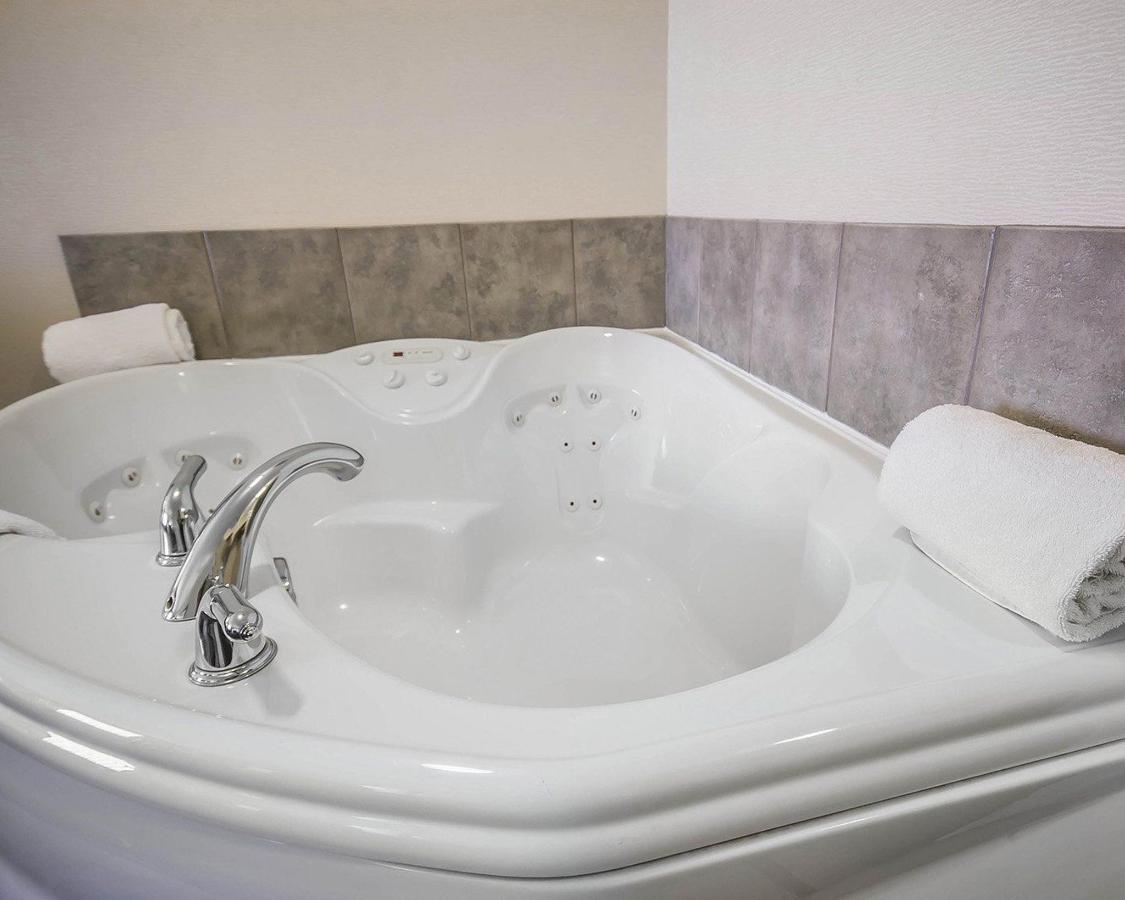 1 King Bed, Fireplace, Soaker Tub.jpg