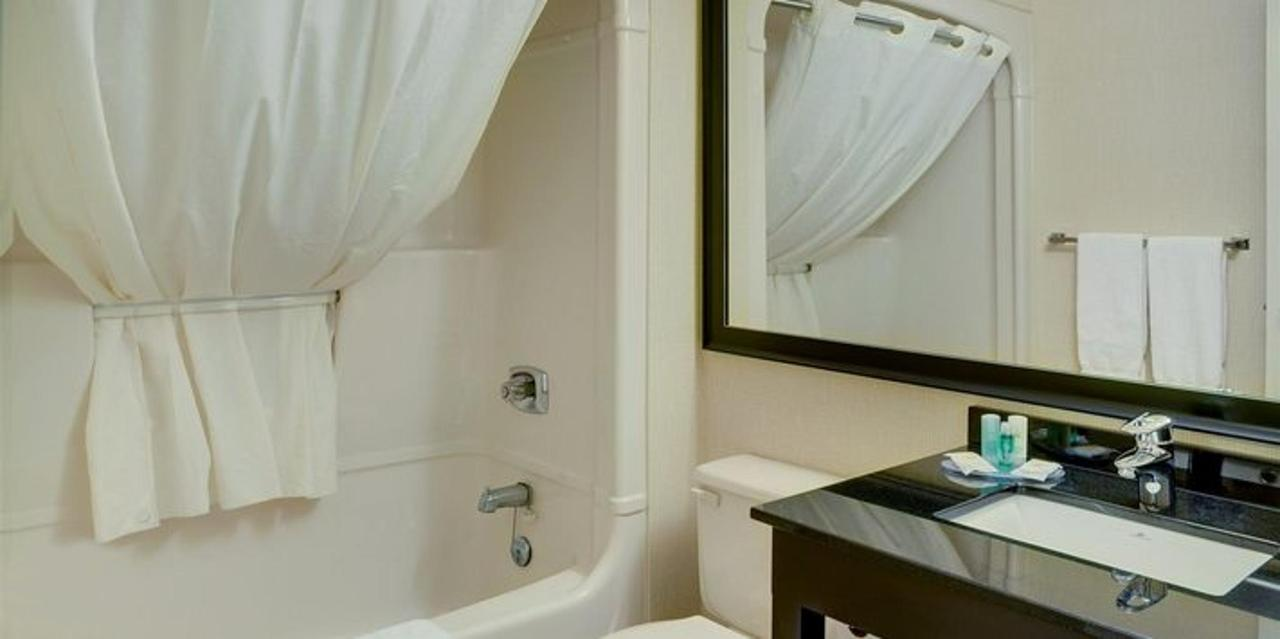 guest-bathroom-with-curved-shower-rod.jpg.711x355_default.jpg
