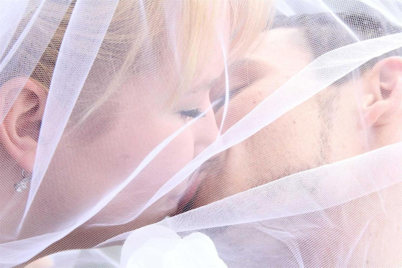 cupid-s-couple-kissing-under-veil-01.jpg.1920x0.jpg