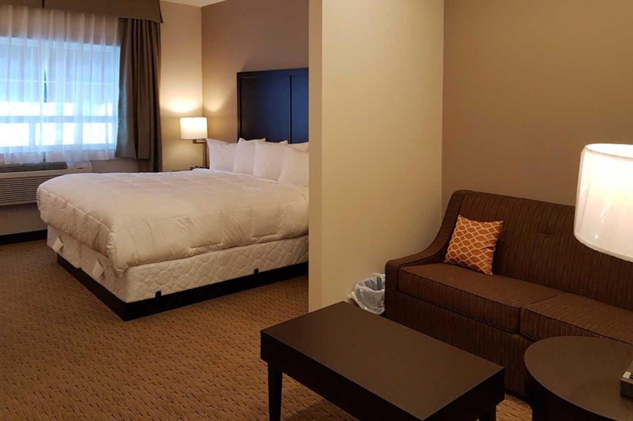 1-king-bed-efficiency-suite-2.jpg