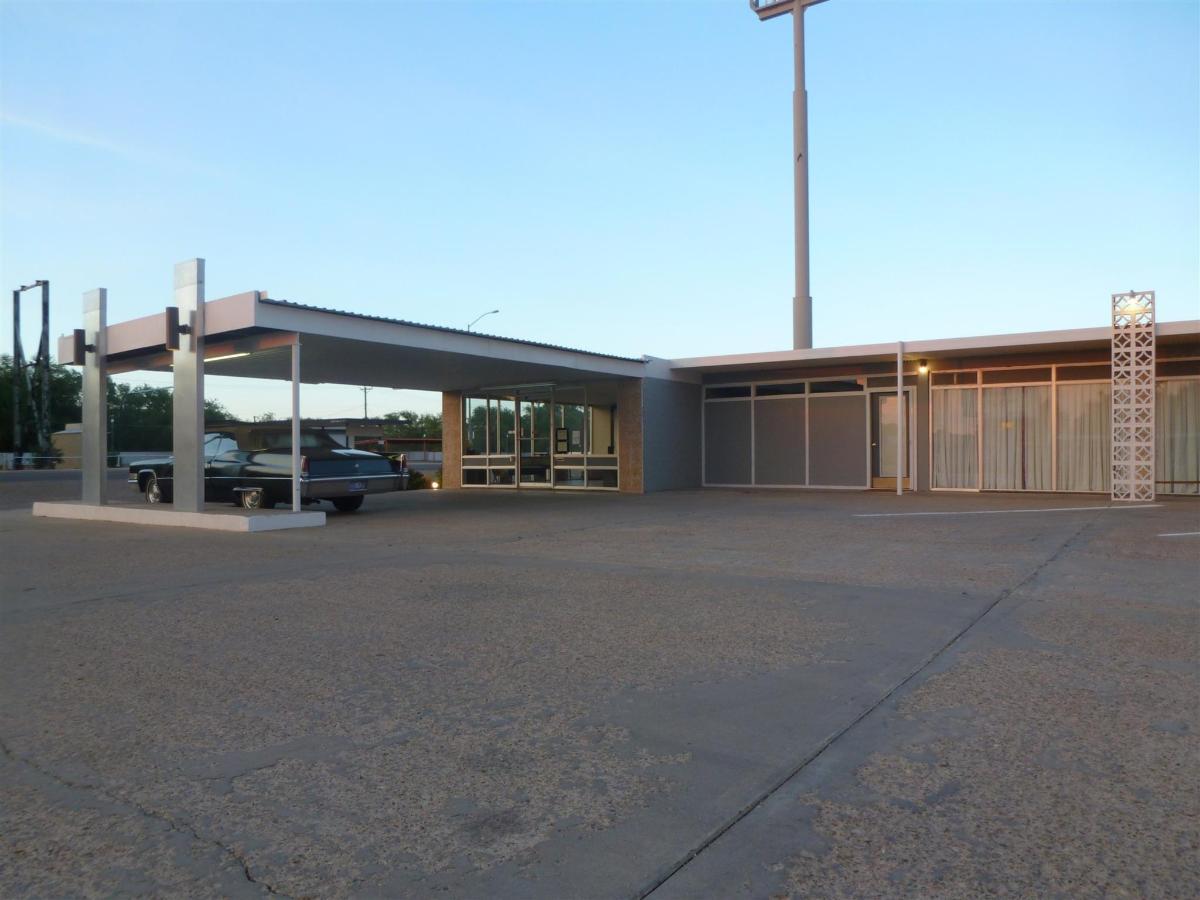 motel-lobby.jpg.1920x0 (1).jpg