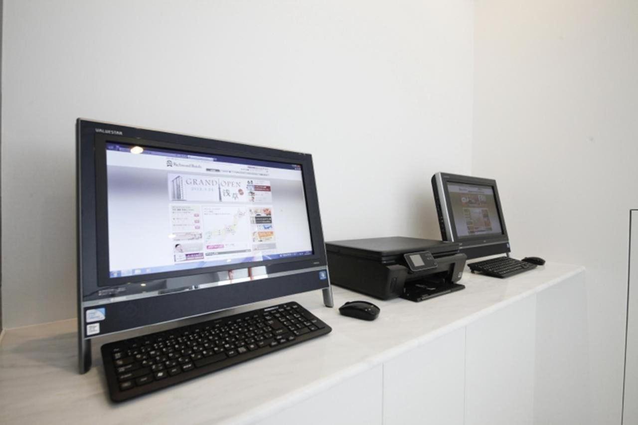Computers in lobby.jpg