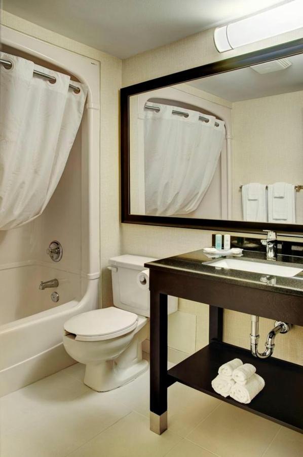 new-guestroom-bathroom-with-granite-vanity-1.jpg.1024x0.jpg