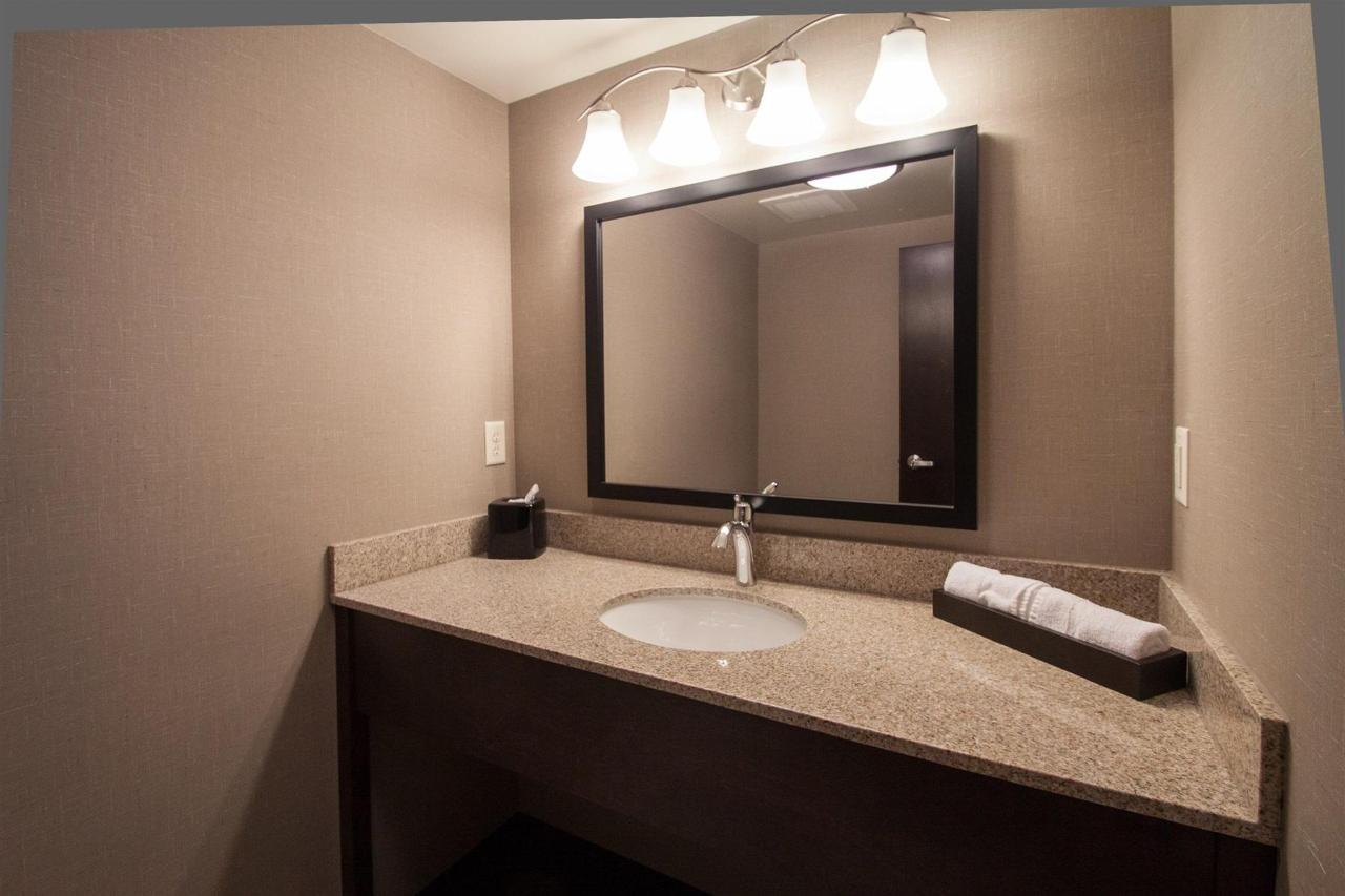 suite-full-bathroom-2.jpg