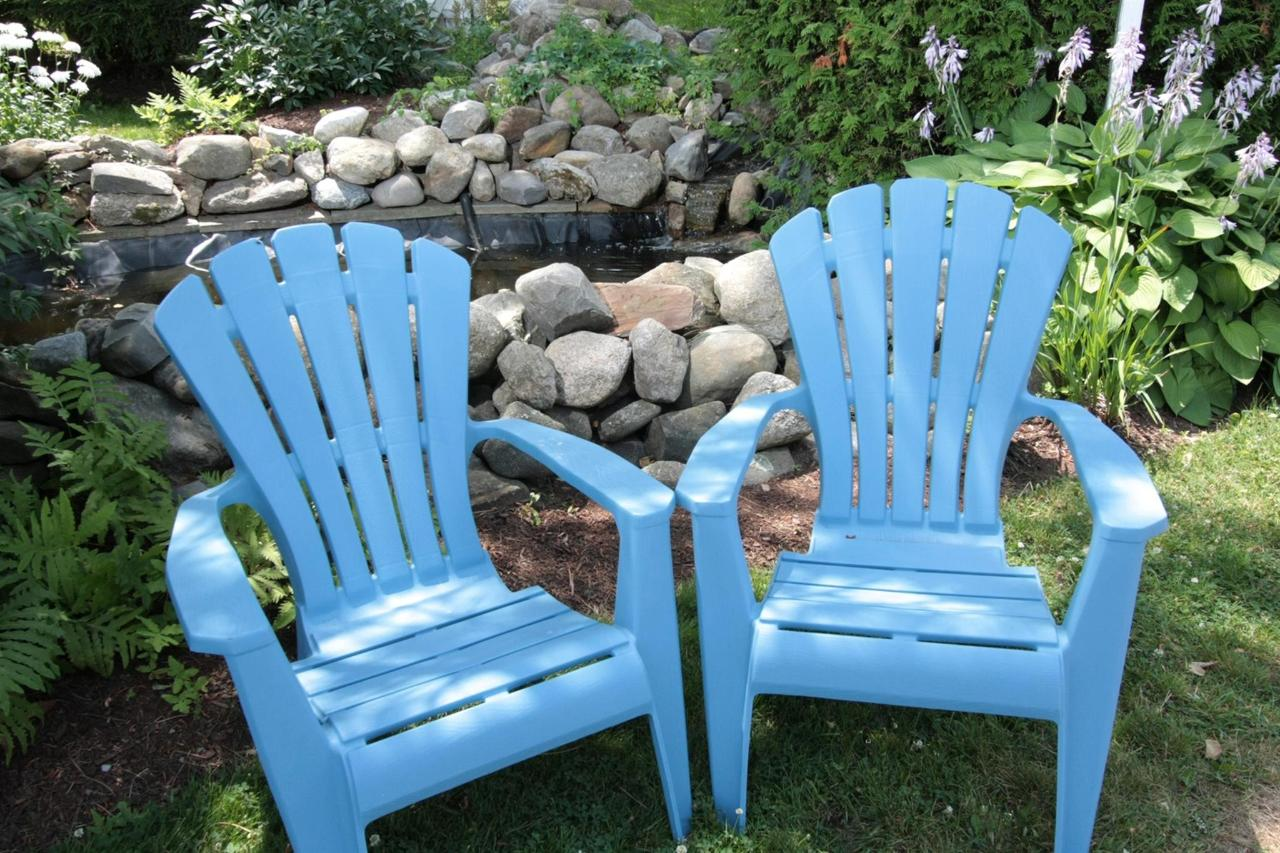 sitting-area-by-pond.jpg.1920x0.jpg