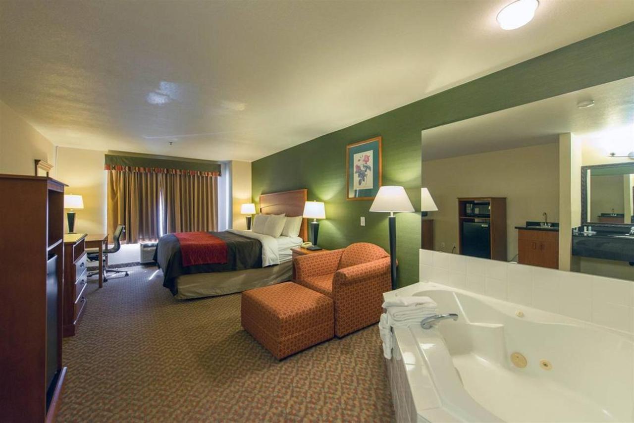 King Bed Suite (Hot Tub).jpg
