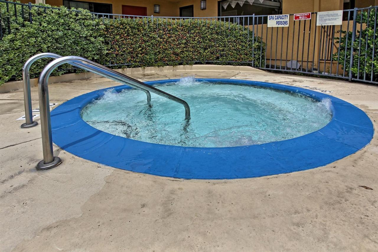 hot-tub-a.jpg.1920x0.jpg