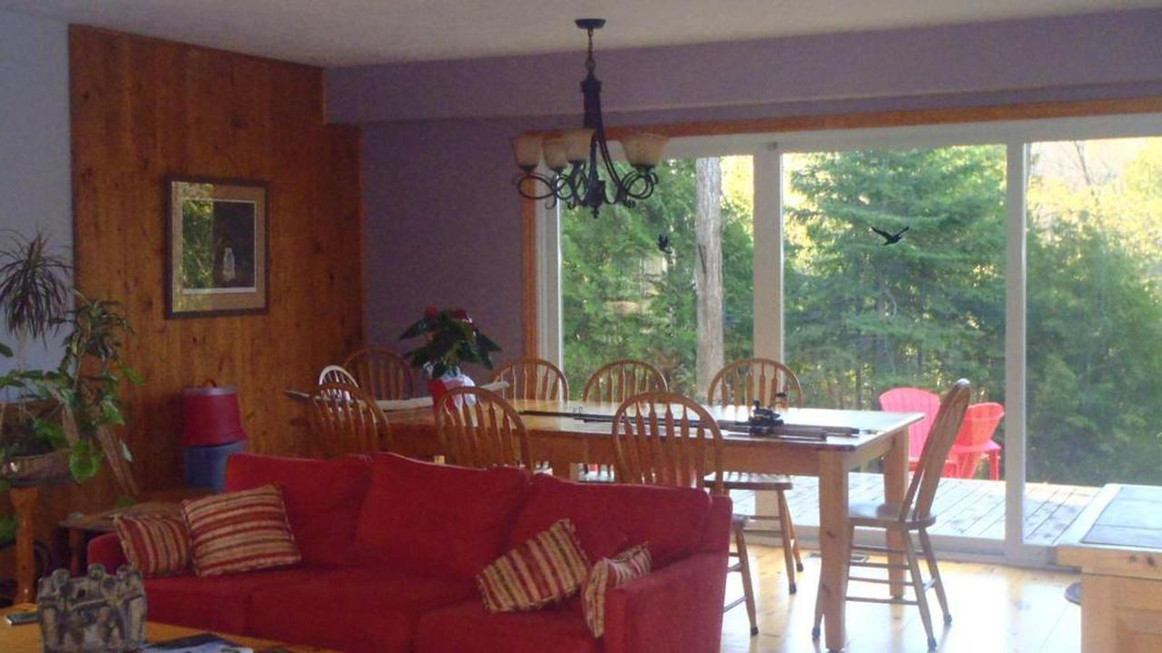 sauble-falls-bed-and-breakfast-guest-table.jpg.1024x0.jpg