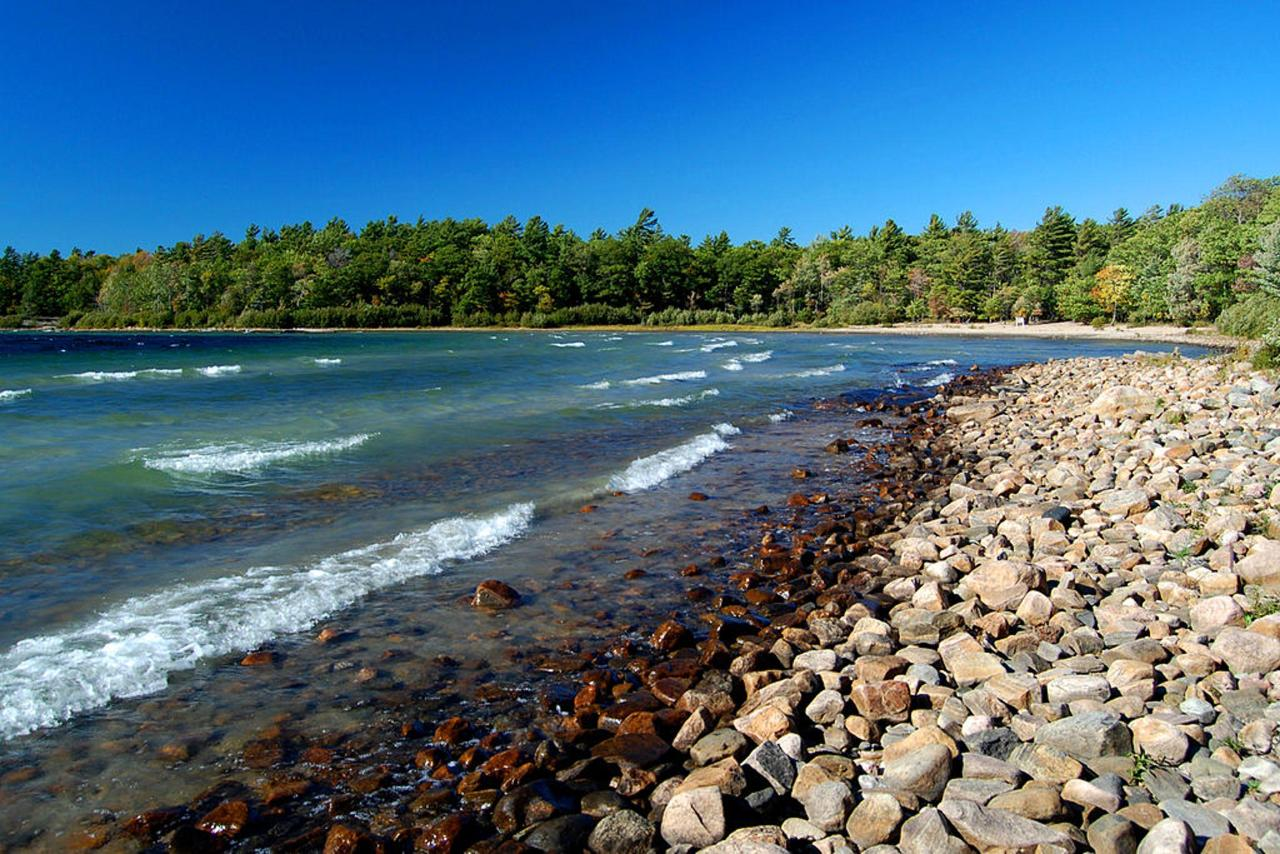 1024px-rocky-beach-at-killbear-provincial-park.jpg