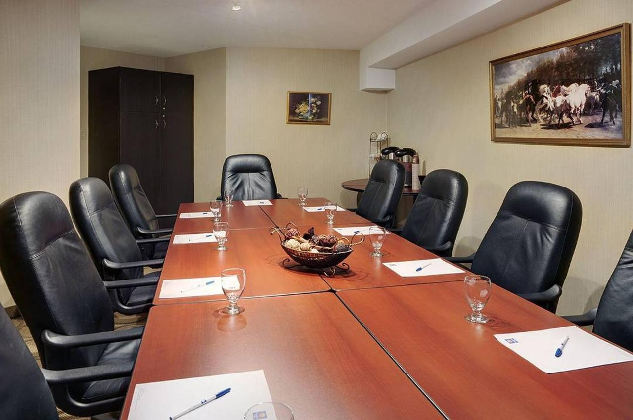 09-meeting-room.jpg.1080x0.jpg