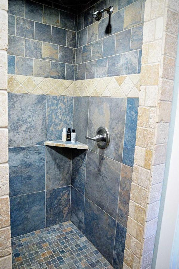 Habitación Bluebonnet-Beautifully-Tiled-Roman-Shower-at-Iron-Horse-Inn.jpg.1920x0.jpg