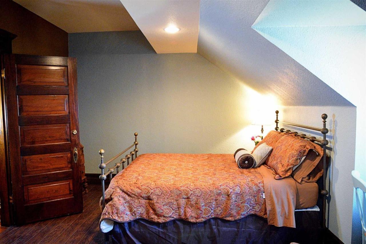 bluebonnet-room-queen-bed.jpg.1920x0.jpg
